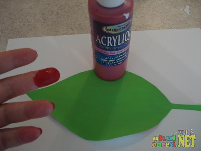Malzemeler yeşil karton kırmızı parmak boya ve keçeli kalem